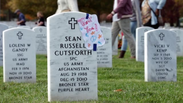 section 60 where most of the members of the us military who have died during the iraq and afghanistan wars are buried at arlington national cemetery... - リース点の映像素材/bロール