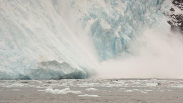 ms, zi, section of glacier calving off and falling into water, aialik glacier, kenai fjords national park, alaska, usa - アラスカ点の映像素材/bロール