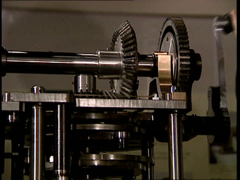 vidéos et rushes de section of the world's first computer sold at auction england london science museum int ms man turning cranking handle pan lr as cogs turn on... - turning on or off