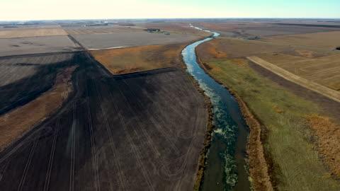vídeos de stock, filmes e b-roll de seccionado fora terras agrícolas com fluxo - dakota do sul