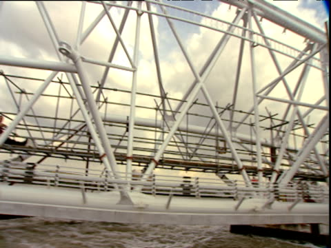 sections of london eye being floated up thames past millennium dome; jul 99 - rimorchiare video stock e b–roll