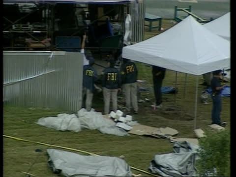 security at atlanta olympics following bomb; itn usa: georgia: atlanta: ext fbi examining scene of yesterday's blast - 後を追う点の映像素材/bロール