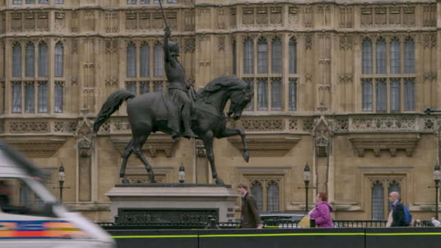 security barrier and king richard statue, westminster - general view stock videos & royalty-free footage