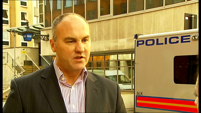 vidéos et rushes de security firms to bid for contracts to take over some police work; london: holborn: set-up shot of simon reed walking along road and interview sot -... - indépendance