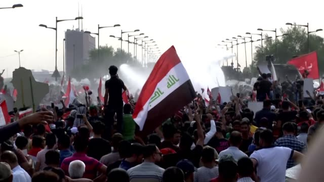 security forces use water canon to disperse hundreds of iraqis protesting in baghdad's tahrir square against state corruption and poor public services - bagdad bildbanksvideor och videomaterial från bakom kulisserna