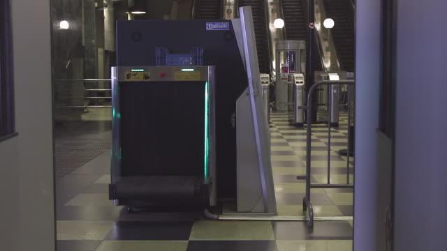 security gantry, metro, baggage check - metal detector sicurezza video stock e b–roll