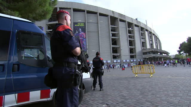 vídeos y material grabado en eventos de stock de security guard outside barcelona soccer stadium - (war or terrorism or election or government or illness or news event or speech or politics or politician or conflict or military or extreme weather or business or economy) and not usa