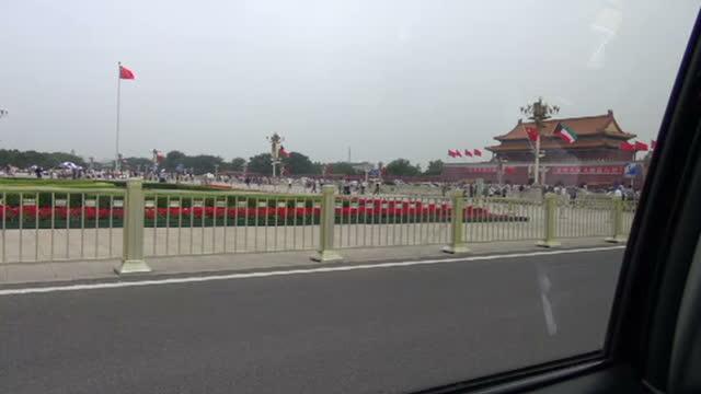 vídeos de stock, filmes e b-roll de security has been stepped up in beijing on the 25th anniversary of the tiananmen square massacrechina is preventing anyone from commemorating the... - portão da paz celestial de tiananmen