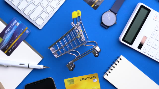 vidéos et rushes de 4k security clé paiement par carte de crédit pour les achats en ligne: dolly shot - credit card
