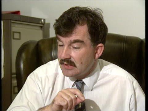 vídeos de stock, filmes e b-roll de security leaks investigation northern ireland belfast terry mclaughlin deputy editor 'irish news' answers phone newspaper on desk 'ruc's inner... - detetive