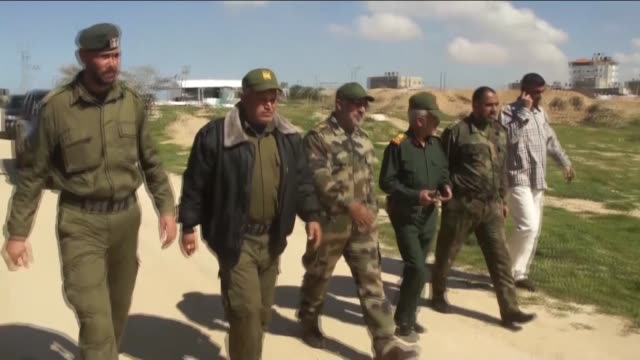 security measures have been tightened at the rafah egypt border crossing on march 5 2015 palestinians dig combat emplacements at the rafah side of... - 将校点の映像素材/bロール