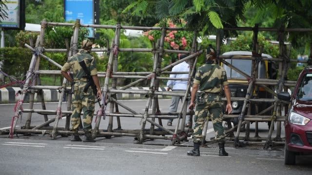 vídeos de stock, filmes e b-roll de june 2: security personnel stand guard in front of a barricade during lockdown on july 2, 2020 in guwahati, india - câmara parada