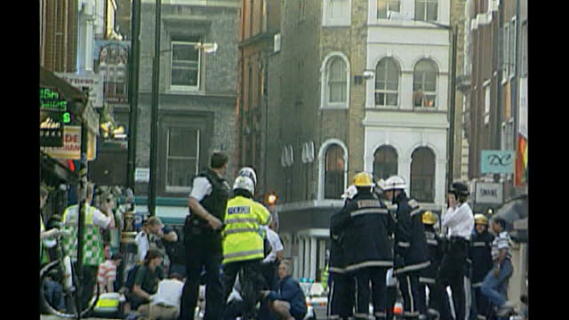 security review in uk following mass shooting in norway; 30.4.99 london: old compton street: ext various shots of scene following nail bombing of... - 後を追う点の映像素材/bロール