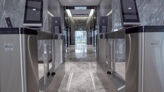 vídeos de stock e filmes b-roll de security turnstiles with facial recognition technology in office - torniquete divisa
