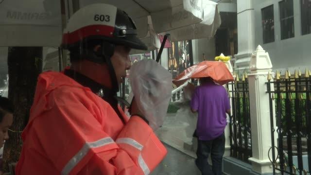 security waits for tennis stars novak djokovic and rafael nadal to visit erawan shrine in bangkok, thailand. erawan was the scene of a bombing which... - エラワン聖堂点の映像素材/bロール