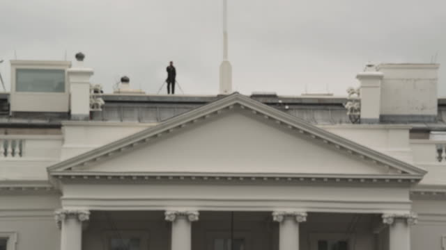 stockvideo's en b-roll-footage met ms security walking along roof of the white house / washington, d.c., united states - geheime dienstagent