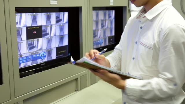 stockvideo's en b-roll-footage met security watch de cctv-camera - bewaken