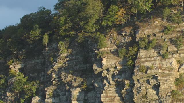 vídeos y material grabado en eventos de stock de ms aerial sedimentary rocks with trees growing on side of delaware water gap / pennsylvania, united states - delaware water gap