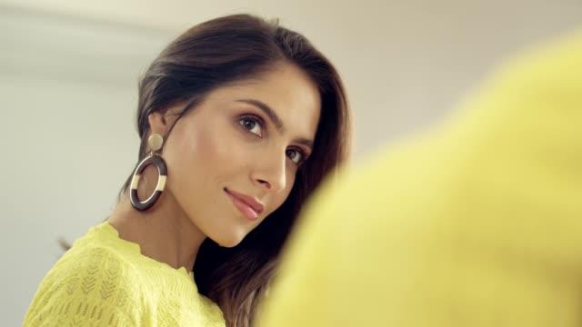 vídeos de stock, filmes e b-roll de brunette sedutor que aprecia sua reflexão. corpo positivo - saúde dental