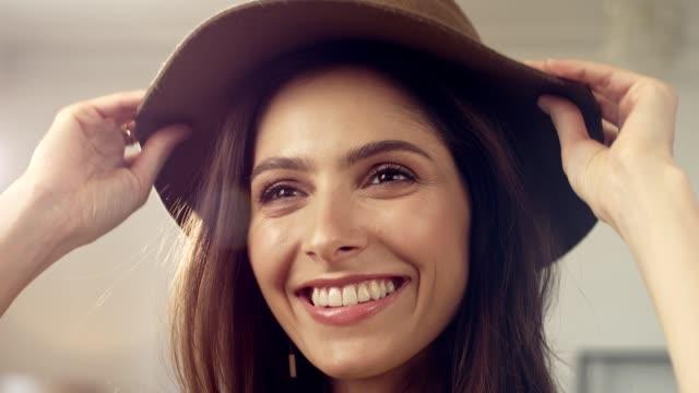 vidéos et rushes de brunette séduisante essayant de nouvelles tenues - chapeau