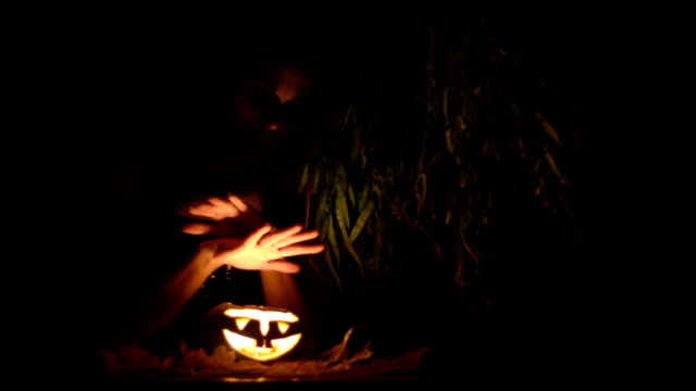 vídeos y material grabado en eventos de stock de atractivo vampiro pronounces un momento en halloween - vampiro