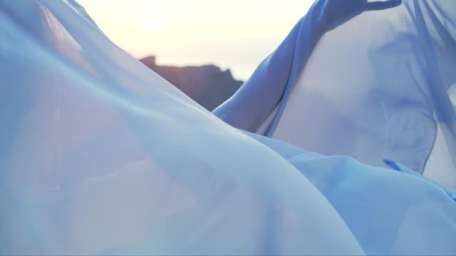 vidéos et rushes de femme séduisante appréciant la liberté, se cache derrière le châle - châle