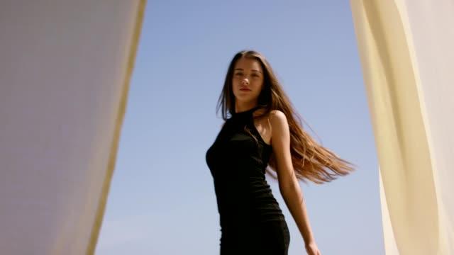 vídeos de stock e filmes b-roll de seductive woman enjoying freedom. sea view - beleza natural