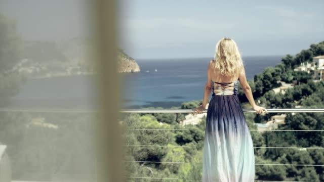 vidéos et rushes de femme séductrice en élégante robe en admirant la vue - littoral