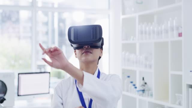 sehen sie die welt wie nie zuvor - virtuelle realität stock-videos und b-roll-filmmaterial