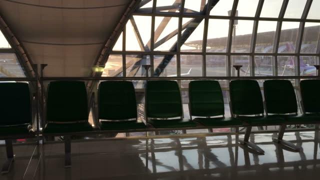 Durch Glasfenster im Luft-Port zu sehen