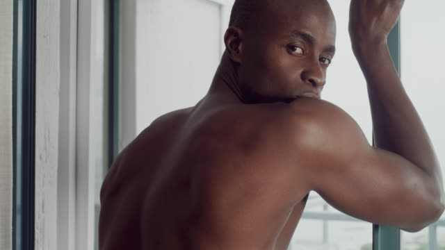 vídeos de stock e filmes b-roll de i see you checking me out there - homens pelados