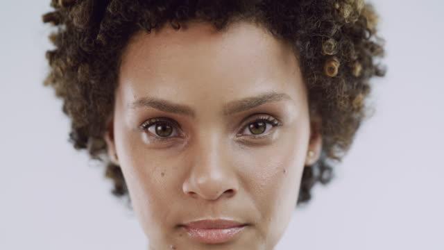 vidéos et rushes de voyez-vous pour la beauté que vous êtes - coiffure afro