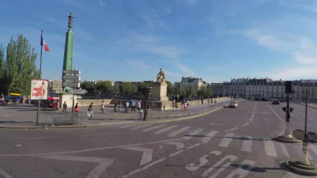 vidéos et rushes de seeing centre of paris on the open top bus tour. - vue subjective d'une voiture