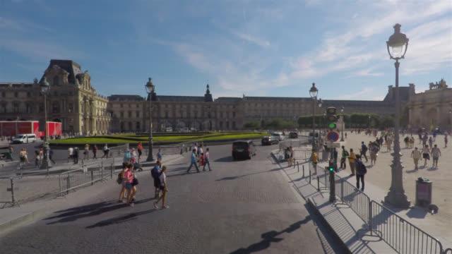 vidéos et rushes de seeing centre of paris on the open top bus tour. - car
