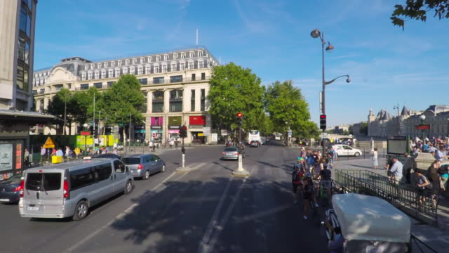 stockvideo's en b-roll-footage met seeing streets of paris on the open top bus tour. - dubbeldekker bus