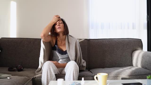 vídeos de stock, filmes e b-roll de procure a mulher em casa - cold temperature