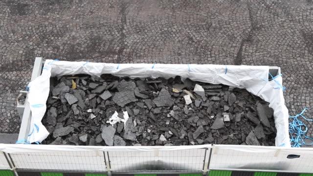 vidéos et rushes de seen from above of démolition asphalte, road in construction - temps réel