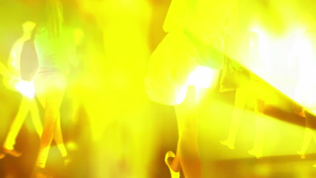 frau zu fuß durch flashbulbs-aus hinter, sommer (seamless_loop - weibliche figur stock-videos und b-roll-filmmaterial