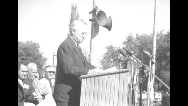 vidéos et rushes de vs seen from rear pres harry truman faces a huge crowd his right profile with loudspeakers behind him / the crowd and a look down at journalists... - adlai stevenson