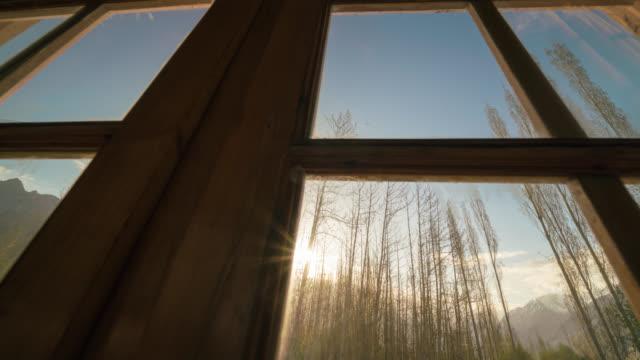 Durch das Fenster gesehen, bei Sonnenaufgang