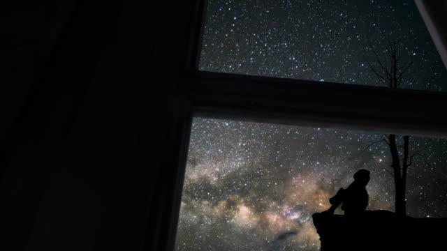 孤独な少女と天の川の窓から見た - 流星点の映像素材/bロール