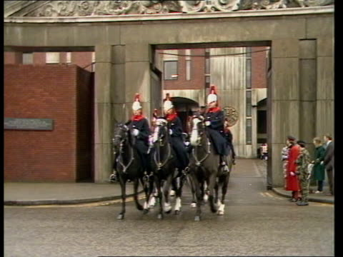 sefton the horse injured in hyde park bombing takes part in changing guard at whitehall england london knightsbridge barracks ext cms sefton's head... - ロンドン ホワイトホール点の映像素材/bロール