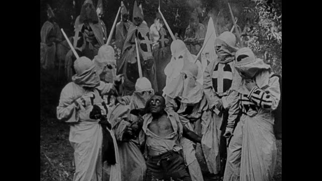 stockvideo's en b-roll-footage met racist depiction - 1860s ku klux klan lynch an african american man, throw his body on a politician's doorstep - racisme