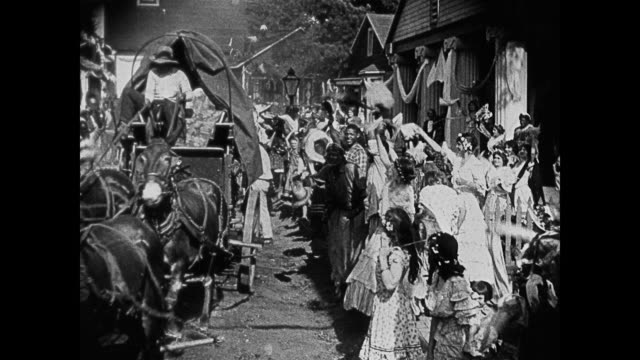 segment - fictionalized racist depiction of southern townspeople and slaves - some actors in blackface - celebrating in the streets during the... - 奴隷点の映像素材/bロール