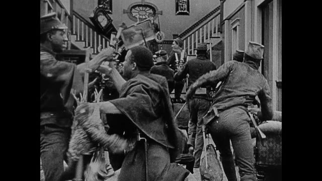 vídeos de stock e filmes b-roll de segment - fictionalized racist depiction of union soldiers looting houses and shoot dissenters, some actors in blackface. - exército da união