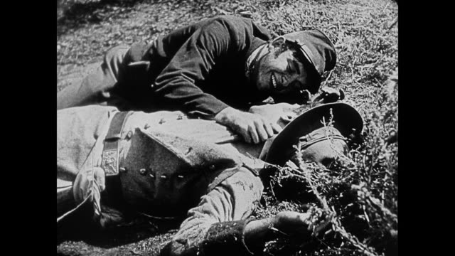 vídeos de stock e filmes b-roll de dramatization - 1860s union and confederate soldiers who are friends die together on the battlefield - exército da união