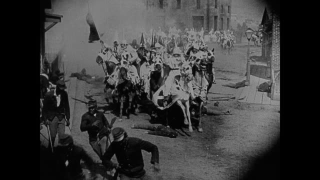 stockvideo's en b-roll-footage met racist depiction - 1860s the ku klux klan rides though town spreading fear - racisme