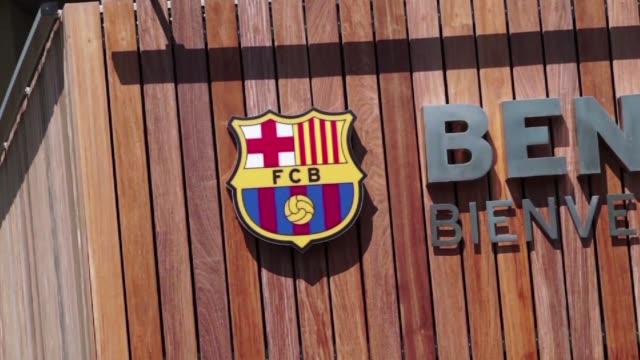 seguidores del barcelona reaccionaron este jueves en el camp nou ante la noticia de que el delantero uruguayo luis suarez podra entrenar con su nuevo... - entrenar stock videos and b-roll footage