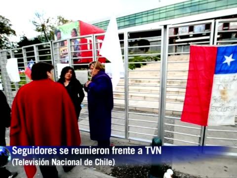 Seguidores del periodista chileno Felipe Camiroaga estrella del canal TVN desaparecido en un accidente de aviacion junto a varios companeros acudian...