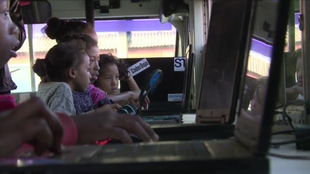 vídeos y material grabado en eventos de stock de segun los voluntarios del autobus de programacion informatica de madagascar donde se imparten clases gratuitas a los ninos este lenguaje es tan... - tan